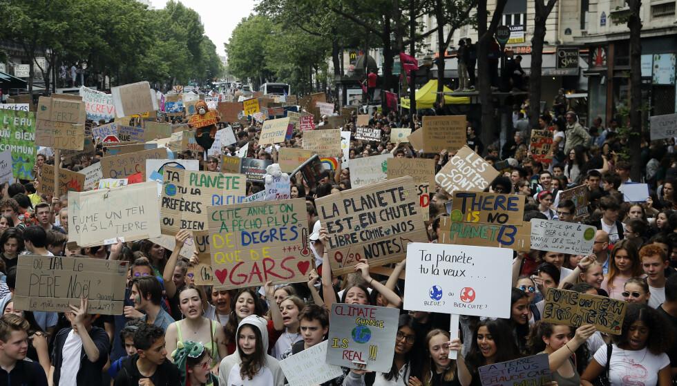 Unge klimademonstranter i sentrum av Paris fredag. Foto: Michel Euler / AP / NTB scanpix