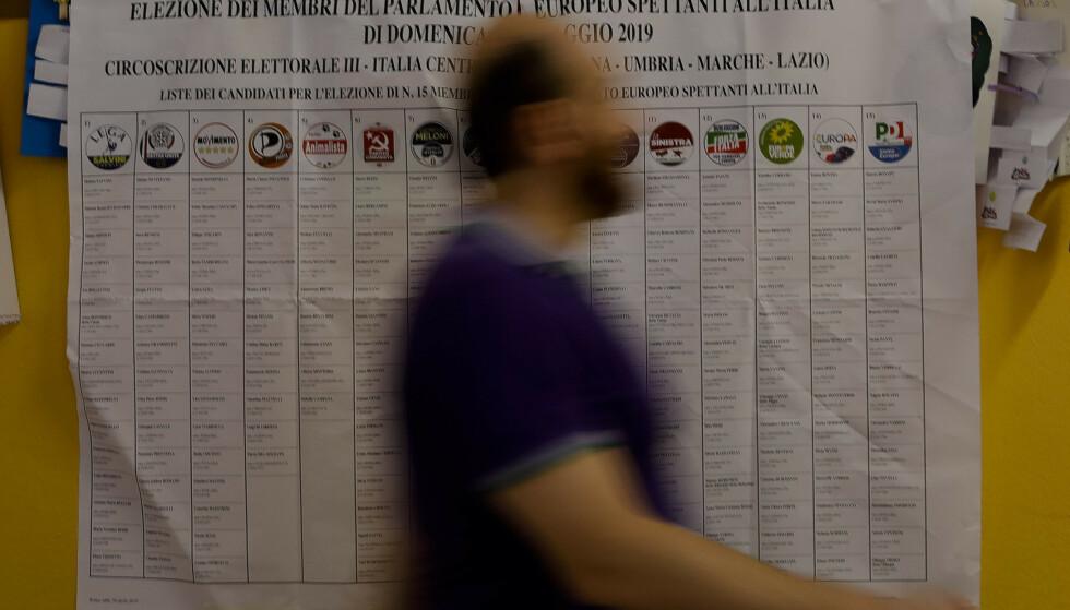 En mann ankommer et stemmelokale i den italienske hovedstaden Roma søndag morgen. Europeere går til valgurnene i 21 land på den siste dagen av EU-valget. Foto: Alessandra Tarantino / AP / NTB scanpix