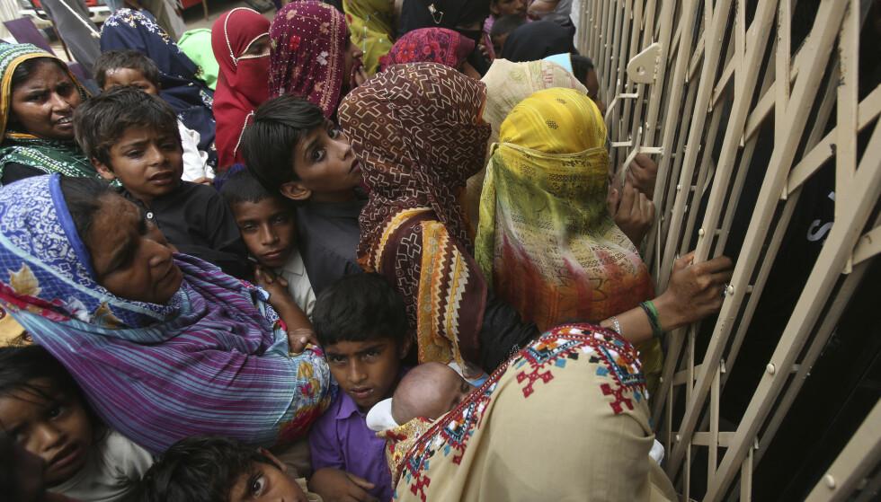 Pakistanere fra landsbygda utenfor Ratodero står i kø utenfor et sykehus for å ta en blodprøve som skal påvise om de er smittet med hiv. Foto: Fareed Khan / AP / NTB scanpix