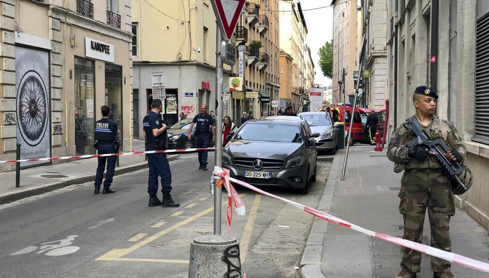 Franske soldater ved åstedet for bombeeksplosjonen i Lyon før helgen. Foto: Sebastien Erome / AP / NTB scanpix