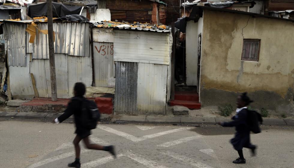 Mange flere barn går på skole i dag enn for 20 år siden, heter det i en rapport fra Redd Barna. Foto: Themba Hadebe / AP / NTB scanpix
