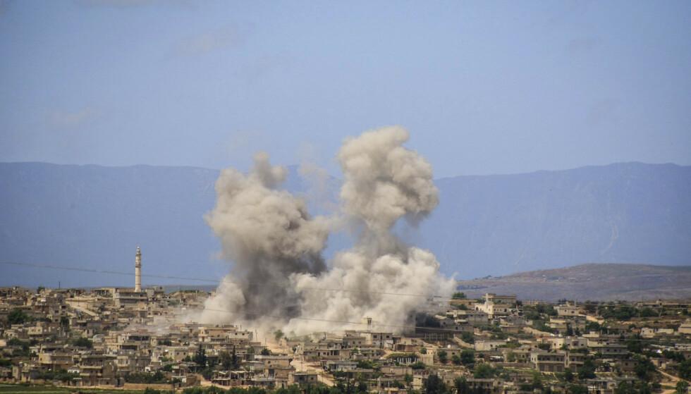 Bilde fra et angrep utført av russiske og syriske fly over byen Idlib nordvest i Syria i begynnelsen av mai. Tirsdag forrige uke sa amerikanske myndigheter at de mistenker at syriske regjeringsstyrker i denne delen av landet kan ha stått bak et nytt gassangrep. Foto: AP / NTB scanpix