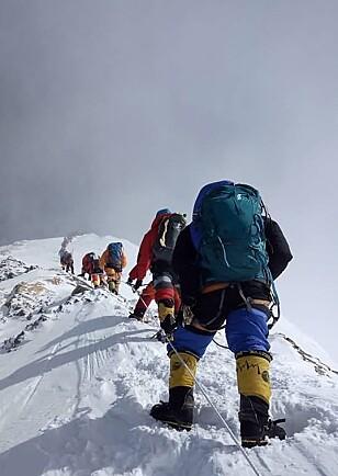 Dette bildet er fra køen opp til Everest 16 mai 2018. Også da var toppen overbefolket.