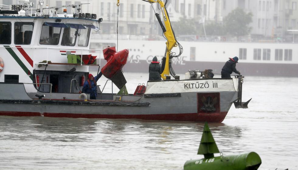 En redningsbåt leter etter de savnede etter at en turistbåt kantret og sank etter å ha blitt truffet av et større skip. Foto: Laszlo Balogh / AP / NTB scanpix