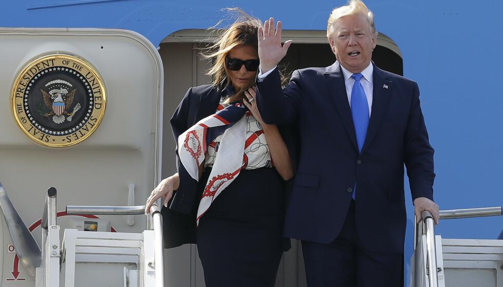 President Donald Trump vinker idet han ankommer London mandag formiddag sammen med sin kone Melania. Foto: Kirsty Wigglesworth / AP / NTB scanpix