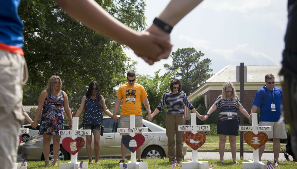 Lokale beboere holder minnestund for de tolv drepte i massakren i Virginia Beach. Foto: Sarah Holm / The Virginian-Pilot / AP / NTB scanpix