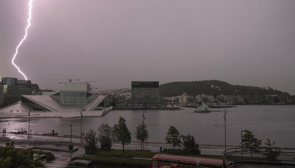 Lyn og torden over Operaen i Oslo, og øsende regnvær. Foto: Ørn E. Borgen / NTB scanpix