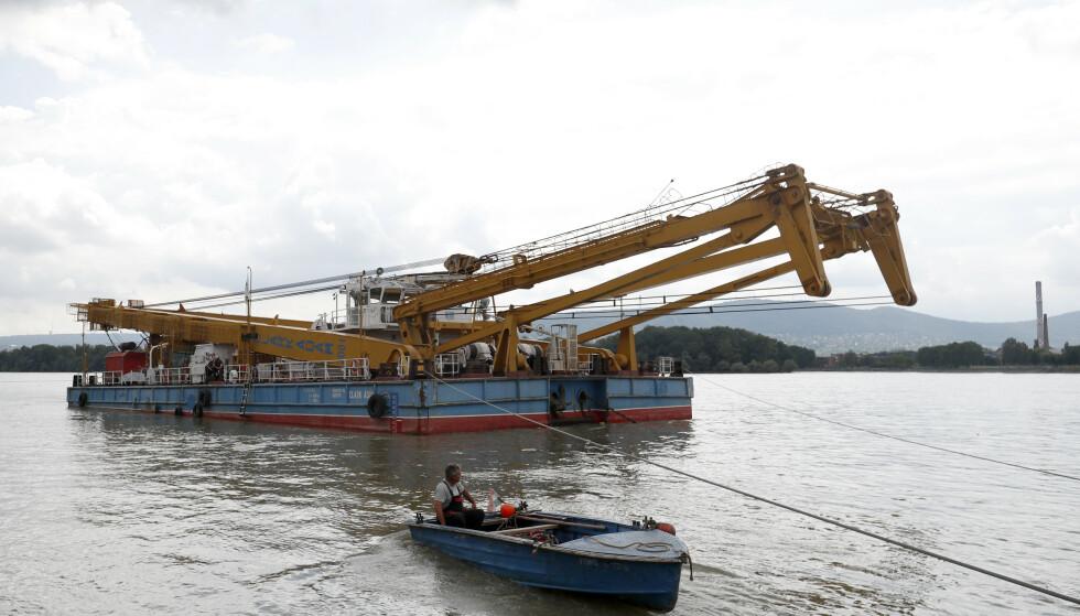 En flytende kran var onsdag på vei mot åstedet for skipsulykken i Budapest. Foto: Laszlo Balogh / AP / NTB scanpix