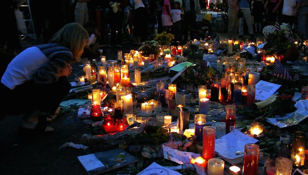 Minnehøytideligheter etter terroraksjonen mot World Trade Center i New York. Union Square ble newyorkernes viktigste samlingspunkt etter tragedien, der de samlet seg for å tenne lys, legge ned blomster og lapper som tegn på sin sorg og medfølelse. Arkivfoto: Ane H. Lunde / NTB scanpix