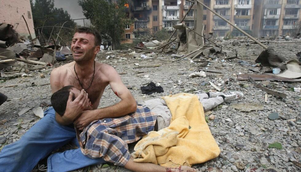 Det har blitt flere konflikter og kriger i verden de siste årene, men antallet drepte går ned, viser ny statistikk. Dette bildet er fra Gori i Georgia, der en mann gråter ved siden av en drept kamerat etter et russisk flyangrep i august 2008. Foto: Reuters / NTB scanpix