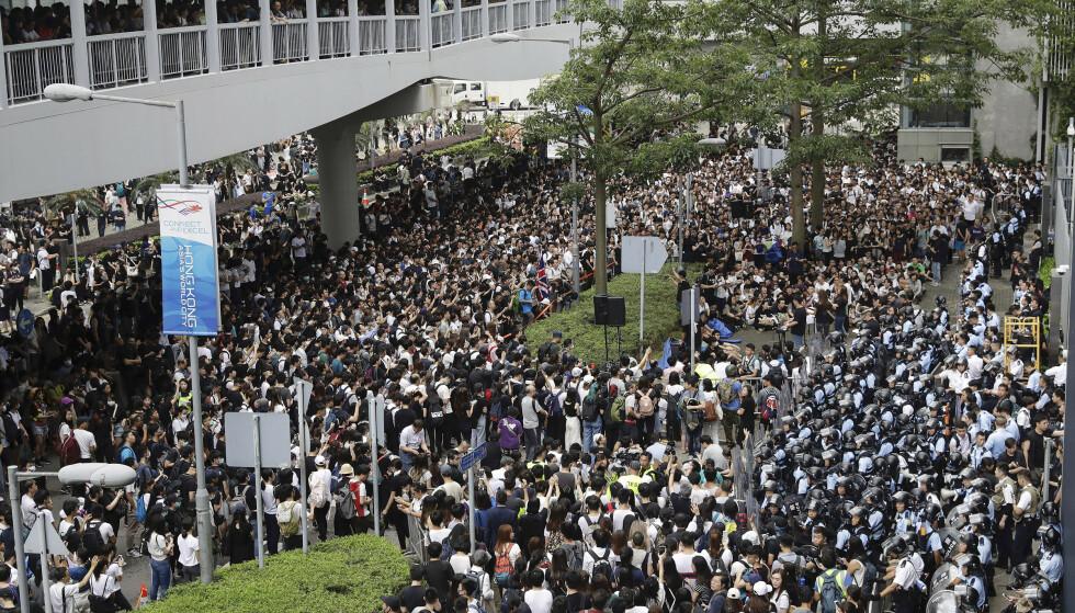 Demonstranter skaper kaos i gatene i Hongkong, her utenfor den lovgivende forsamlingen onsdag. Foto: Vincent Yu / AP / NTB scanpix