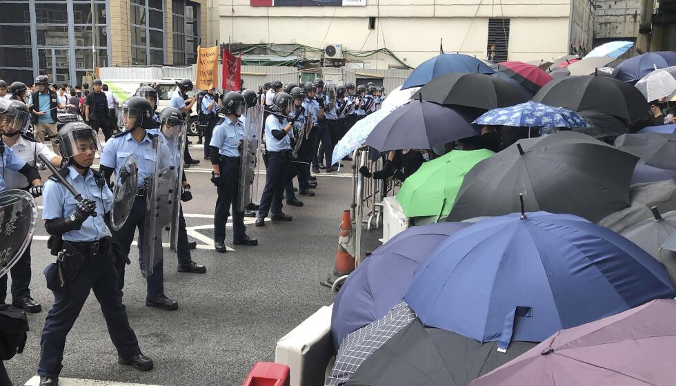 Demonstranter skaper kaos i gatene i Hongkong onsdag. Foto: Kin Cheung / AP / NTB scanpix