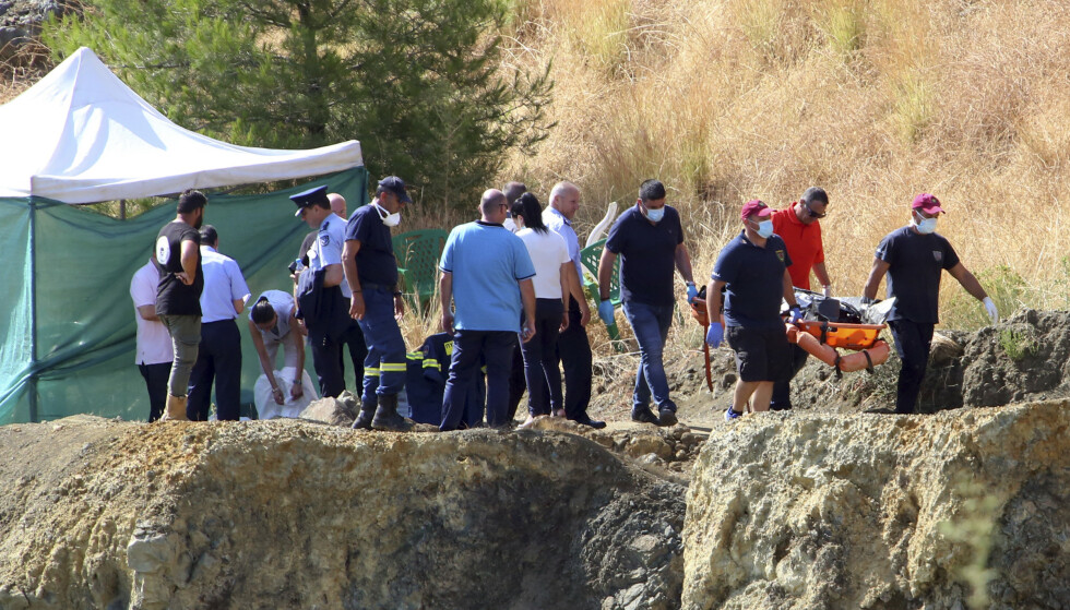 Politiet ved teltet der de gjør undersøkelser etter at dykkere hentet opp en koffert med det som skal være en savnet 6-åring, nær Xiliatos på kypros, onsdag. Liket er trolig det sjuende og foreløpig siste offeret til en seriedrapsmann som har tilstått og samarbeidet. Foto: Philippos Christou / AP / NTB scanpix