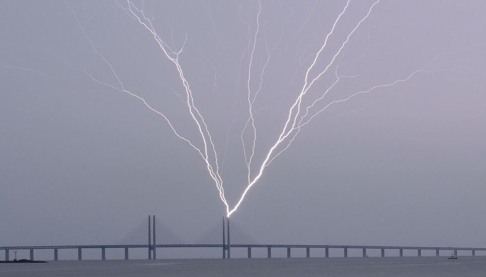 Lynet slo ned i Øresundsbroen mellom Sverige og Danmark lørdag. Foto: Johan Nilsson/ TT / NTB scanpix