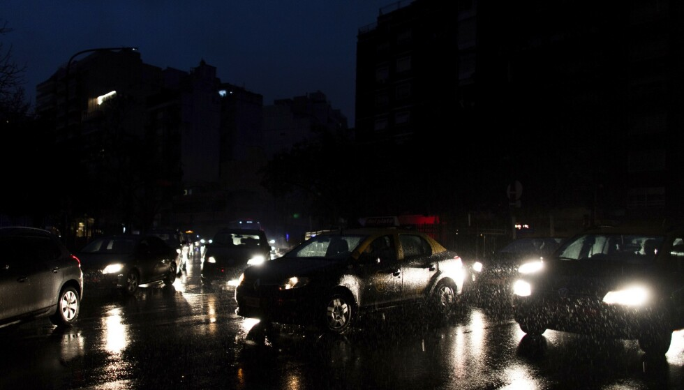 Argentinas hovedstad Buenos Aires var mørklagt søndag. Foto: AP / NTB scanpix