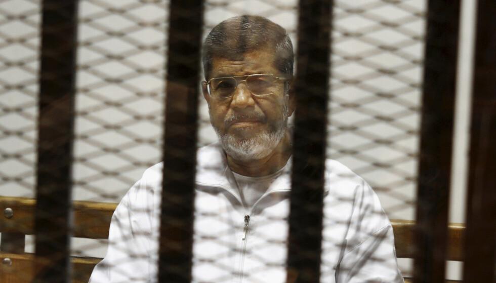 Egypts tidligere president Mohamed Mursi fotografert under en rettssak i mai 2014. Mandag døde han i retten etter å ha sittet fengslet i nesten seks år, mesteparten av tiden i isolasjon. Foto: Tarek el-Gabbas / AP / NTB scanpix