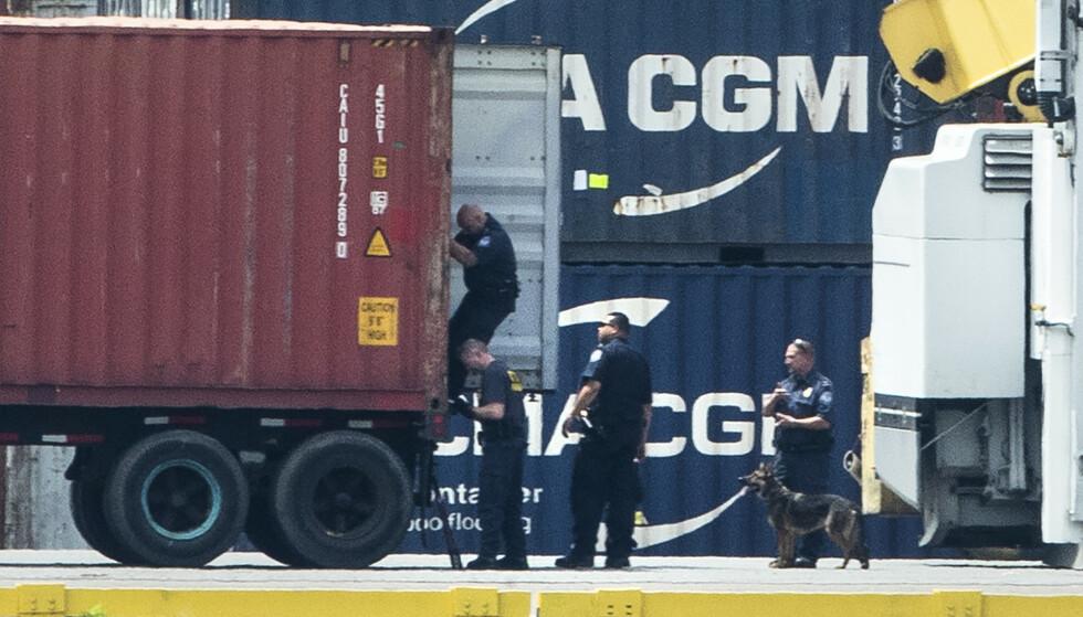 Politiet i Philadelphia gjennomsøker en konteiner under tirsdagens aksjon, som endte med at over 16 tonn kokain ble beslaglagt. Foto: Matt Rourke / AP / NTB scanpix