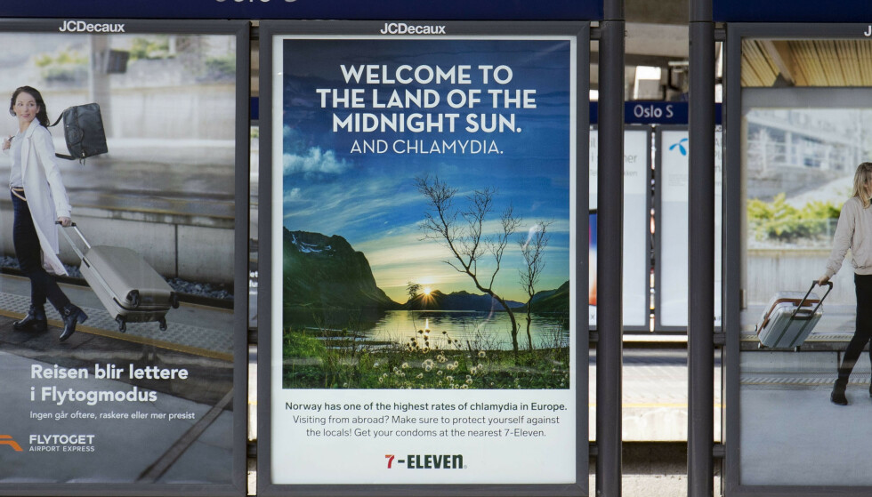 Kioskkjeden 7-Eleven ønsket i fjor reisende velkommen til Oslo S med en reklameplakat som inneholdt norgesreklame og informasjon om klamydiabeskyttelse. Foto: Fredrik Hagen / NTB scanpix