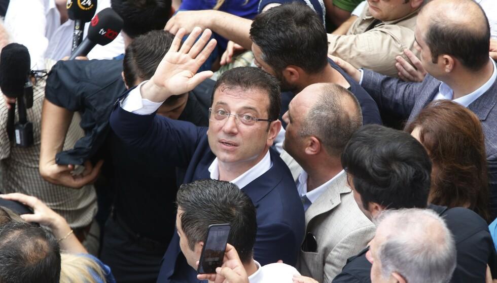 Ekrem Imamoglu utenfor et valglokale i Istanbul søndag. Nå blir han byens nye ordfører. Foto: Lefteris Pitarakis / AP / NTB scanpix