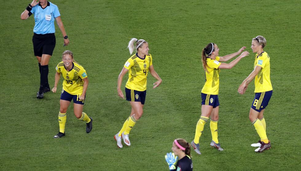 Dommer Kate Jacewicz fikk VAR-hjelp ved flere anledninger under mandagens VM-åttedelsfinale mellom Sverige og Canada. Foto: Michel Euler / AP / NTB scanpix