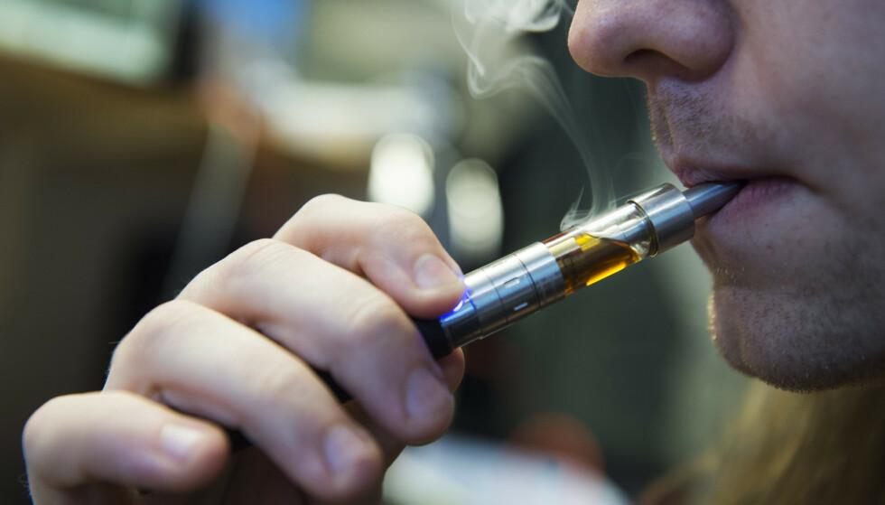 En person røyker en e-sigarett. Nå vil byen San Francisco i California forby e-sigaretter i hele byen. Foto: Erik Nylander/TT / NTB scanpix