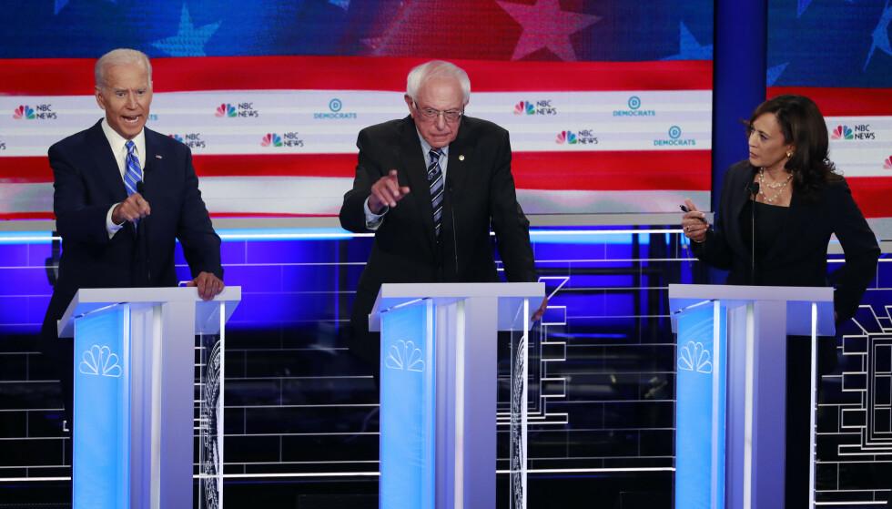 Tidligere visepresident Joe Biden (t.v.) ble stilt til veggs av motstander Kamala Harris (t.h.) under den andre debatten blant demokratiske presidentkandidater i Miami. I midten senator Bernie Sanders som la fram sitt forslag om gratis helsehjelp for alle. Foto: Wilfredo Lee/ AP /NTB scanpix