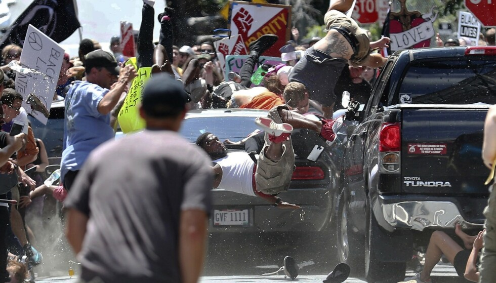 Dette bildet viser bilen til James Alex Fields Jr. idet han kjører inn i menneskemengden i Charlottesville i Virginia 12. august 2017. Foto: Ryan Kelly / AP / NTB scanpix