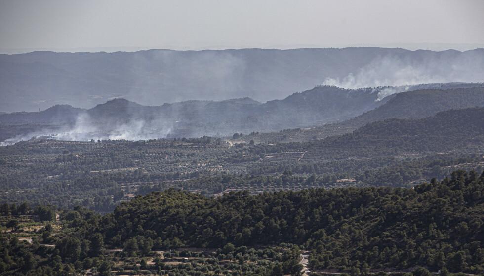 Flere store skogbranner raser i Spania, som er rammet av en hetebølge med temperaturer på over 40 varmegrader. Foto: AP / NTB scanpix