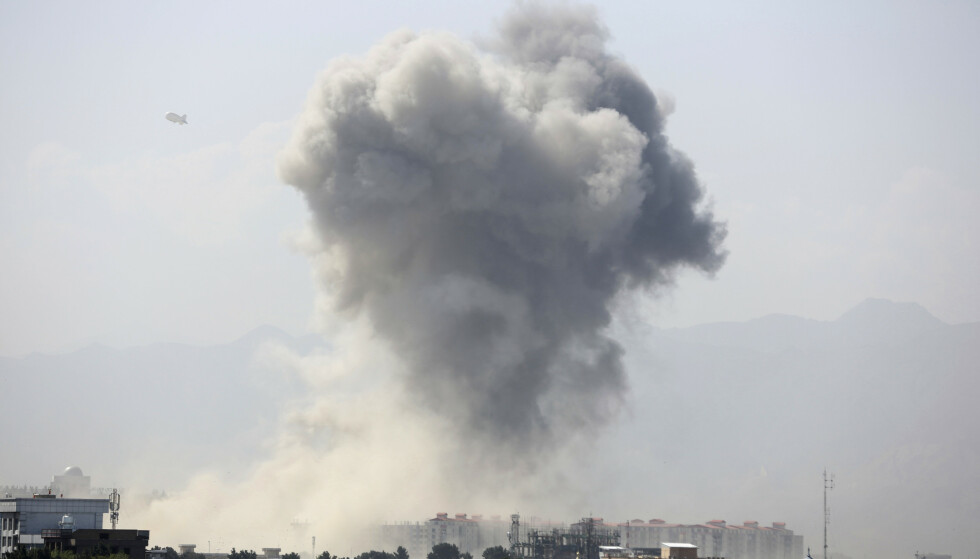 Røyk fra den kraftige bombeeksplosjonen i sentrum av Kabul mandag morgen. Foto: Rahmat Gul / AP / NTB scanpix
