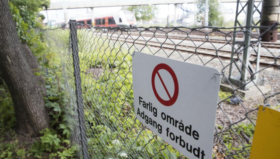Gjerdet lar seg lett forsere bare noen hundre meter fra tunnelen på Filipstad der flere ungdommer klarte å ta seg inn i februar. En 15 år gammel gutt mistet livet. Foto: Terje Pedersen / NTB scanpix