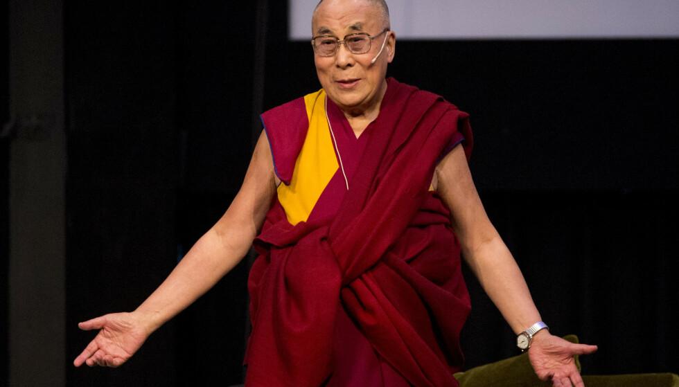 Dalai Lama er den fremste åndelige lederen i den største av de tibetanskbuddhistiske retningene. 83 år gamle Tenzin Gyatso er den 14. Dalai Lama. Han ble utpekt som dette da han var to år gammel. Her fra et besøk i Trondheim i 2015. Foto: Ned Alley / NTB scanpix