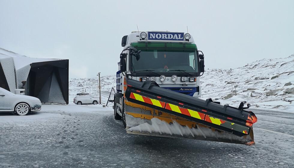Natt til onsdag var Sognefjellet stengt pga. snø og is i veien. Her står brøytebilen ved Sognefjellshytta. Foto: Torstein Nordal / NTB scanpix