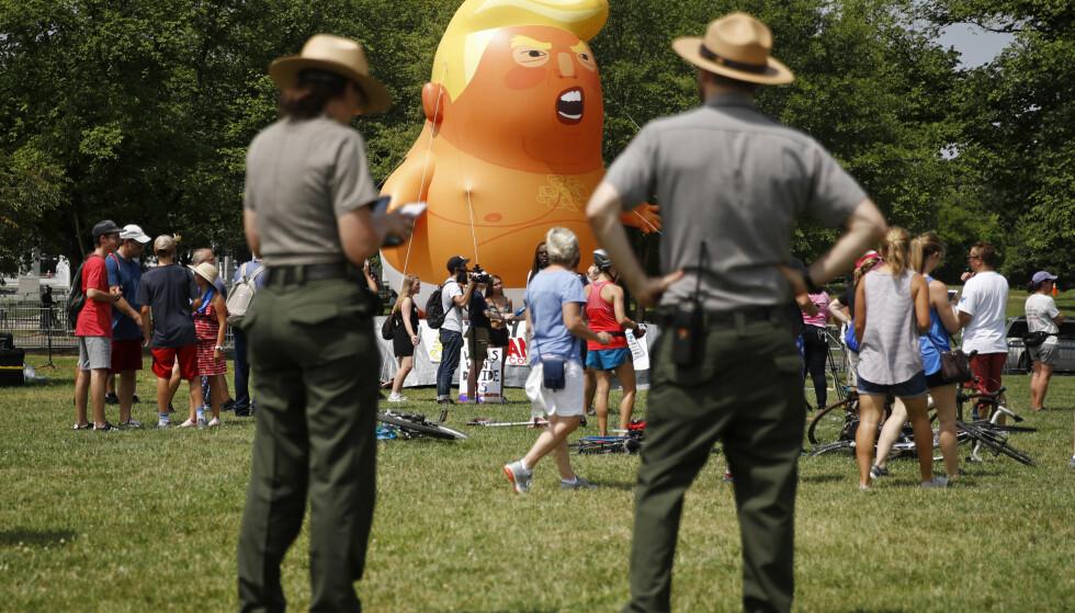 Ansatte i Nasjonalparkstjenesten observerer en «Baby Trump»-ballong før markeringen av USAs nasjonaldag i National Mall i Washington. Foto: AP Photo / Patrick Semansky / NTB scanpix.