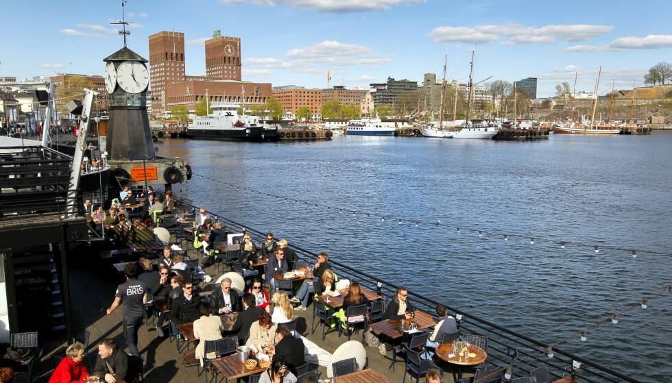 Uterestauranten Lektern på Aker Brygge, her med Rådhuskaia og Oslo Rådhus i bakgrunn, er et populært sted å jobbe i sommermånedene. Flere svensker har sommerjobb her. Foto: Erlend Aas / Scanpix