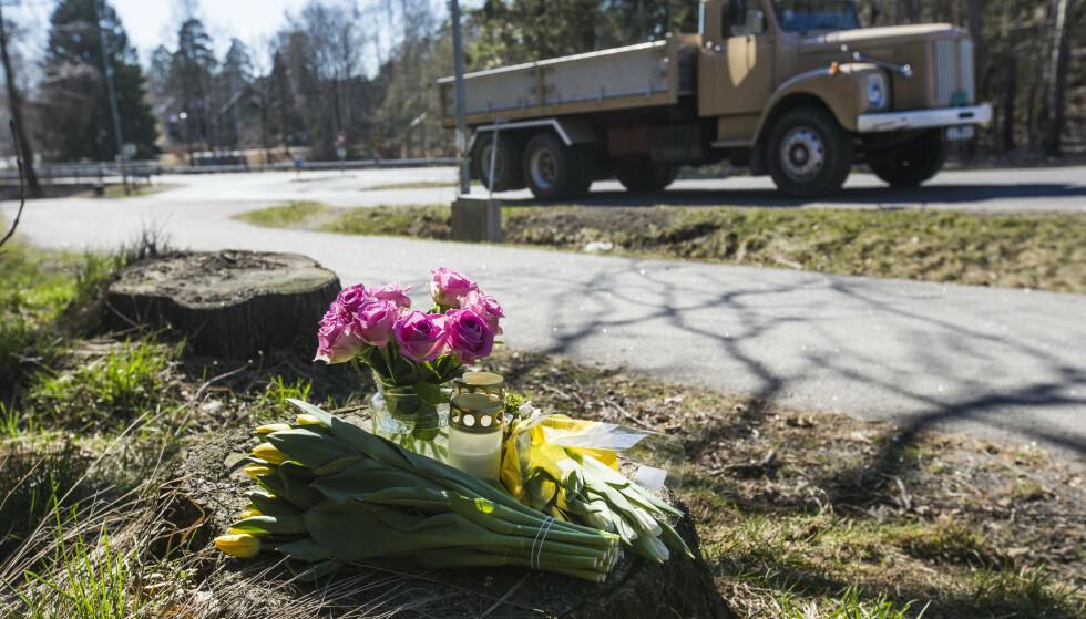 Det ble lagt ned blomster og lys på stedet der en kvinne ble påkjørt og drept i Lahelleveien i Sandefjord i april. Foto: Trond Reidar Teigen / NTB scanpix