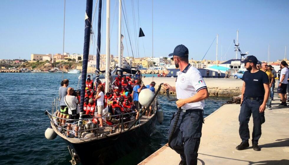 Den italienske redningsbåten Alex etter at den la til kai på Lampedusa. Foto: Elio Desiderio / ANSA via AP / NTB scanpix