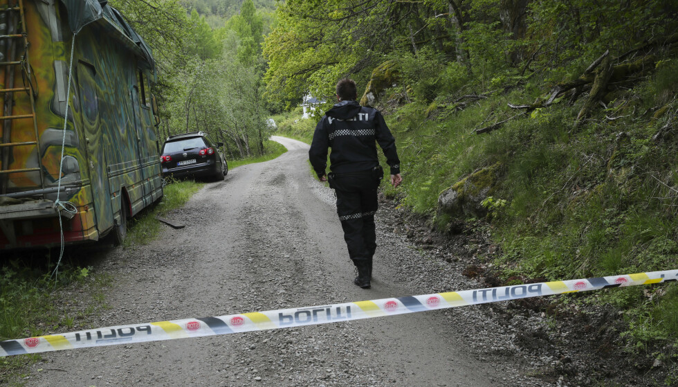 En kvinne ble funnet død og en annen alvorlig skadd på denne grusveien i Snartemo i Vest-Agder søndag morgen 2. juni. Foto: Vidar Ruud / NTB scanpix