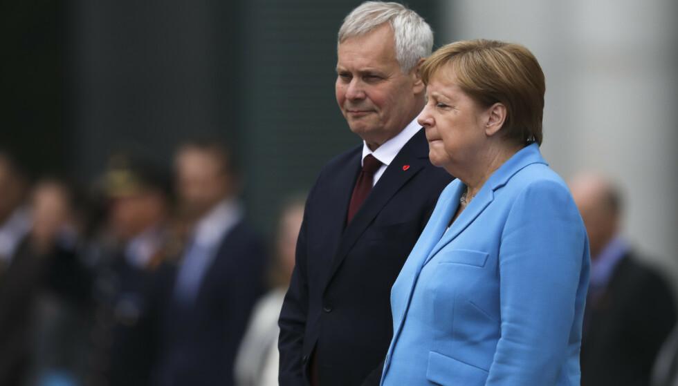 Tysklands statsminister Angela Merkel begynte å skjelve da hun tok imot Finlands statsminister Antti Rinne i Berlin onsdag. Foto: Markus Schreiber / AP Photo / NTB scanpix.