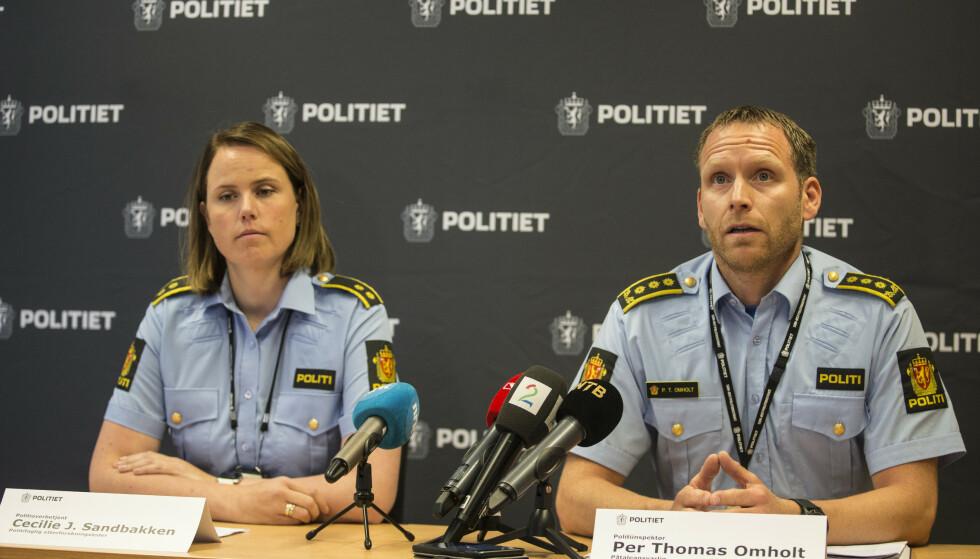 Politioverbetjent Cecilie Sandbakken og politiinspektør Per Thomas Omholt i Sørøst politidistrikt under en pressekonferanse torsdag. Foto: Trond Reidar Teigen / NTB scanpix