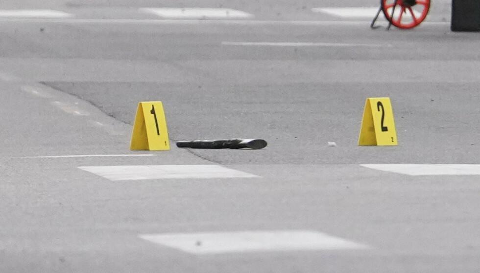Et våpen ligger på bakken etter melding om at det var avfyrt skudd i Oslo sentrum. En mann er skadd. Foto: Fredrik Hagen / NTB scanpix