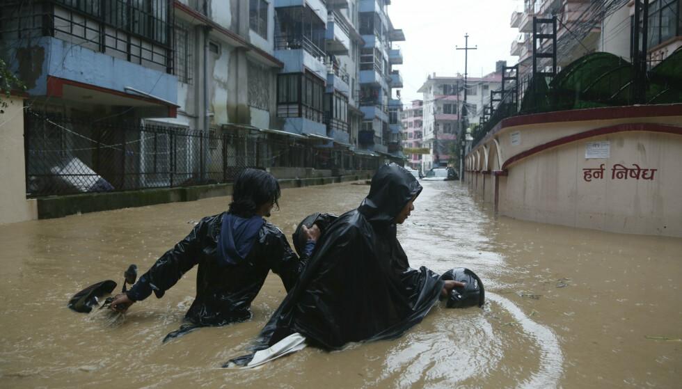 Nepal er rammet av flere flommer og jordras etter monsunstorm de siste tre dagene. 17 personer har mistet livet, og sju personer er savnet. Foto: Niranjan Shrestha / AP / NTB scanpix