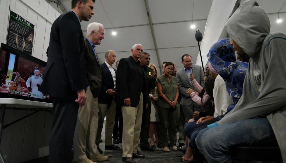 USAs visepresident snakker med asylsøkere ved grensen. Foto: NTB scanpix/REUTERS/Veronica G. Cardenas