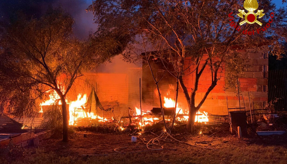 Brannmannskaper kjempet lørdag mot flammene i Tortoli på Sardinia. Foto: AP / NTB scanpix