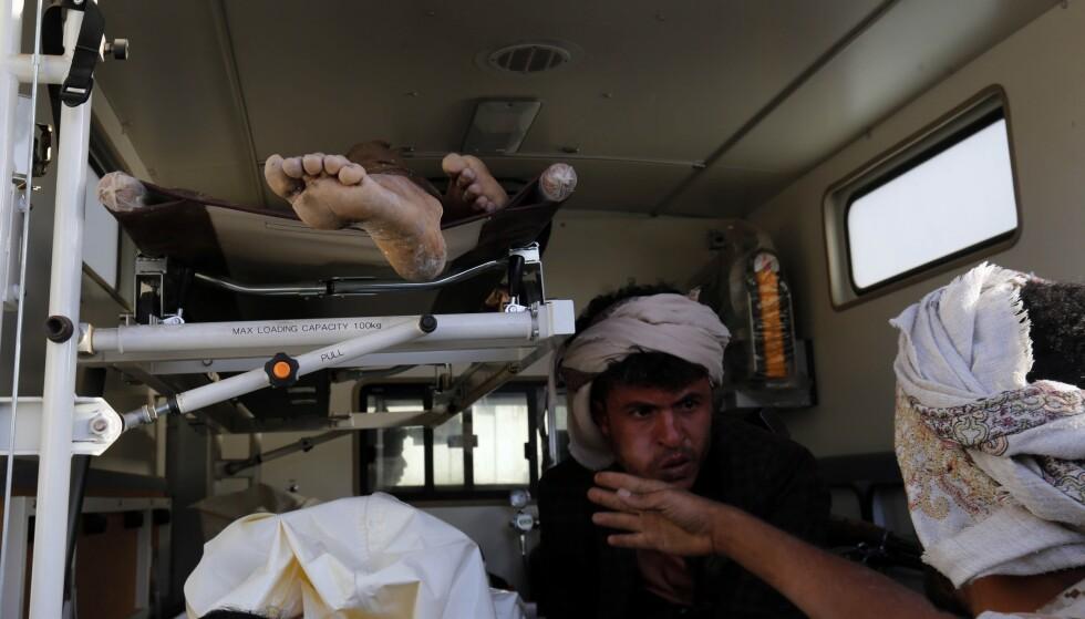 Sårede etter et saudiarabisk flyangrep i Jemen kjøres bort i ambulanse. Foto: Osamah Abdulrahman / AP / NTB scanpix