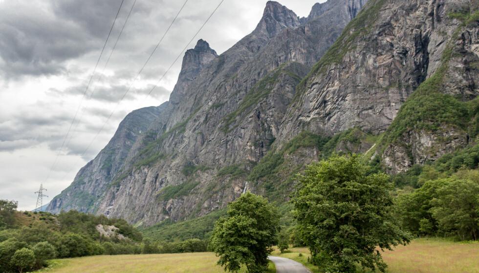 En utenlandsk mann er funnet omkommet etter et hopp på 1.500 meters høyde i Sunndalen i Møre og Romsdal. Bilde fra Litjdalen i Sunndal, der hopperen etter planen skulle ha landet. Langrabbpiken er toppen til høyre. Foto: Aura Avis Christian Grøtte / NTB scanpix