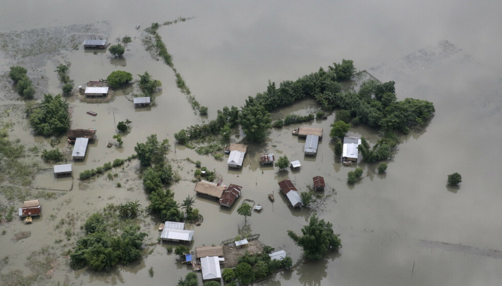 Det årlige monsunregnet har skapt store problemer i Sør-Asia, som her på øya Majuli i elven Brahmaputra i India. Over 150 mennesker har mistet livet i oversvømmelser i India og nabolandene den siste tiden. Foto: AP / NTB scanpix