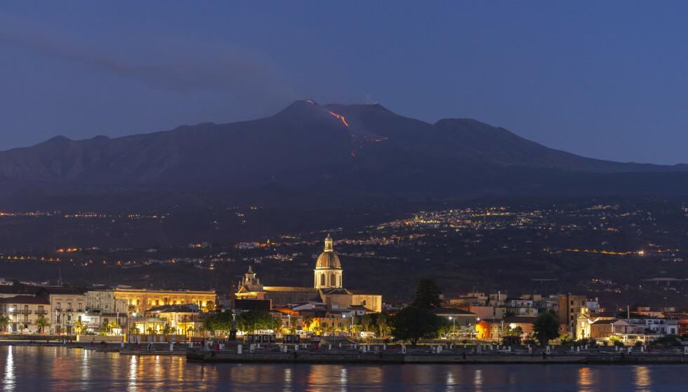Røyk og lava strømmer ut av vulkanen Etna, som er den største av Italias tre aktive vulkaner. Den ligger på øya Sicilia, nære byen Catania. Foto: AP Photo / Salvatore Allegra / NTB scanpix