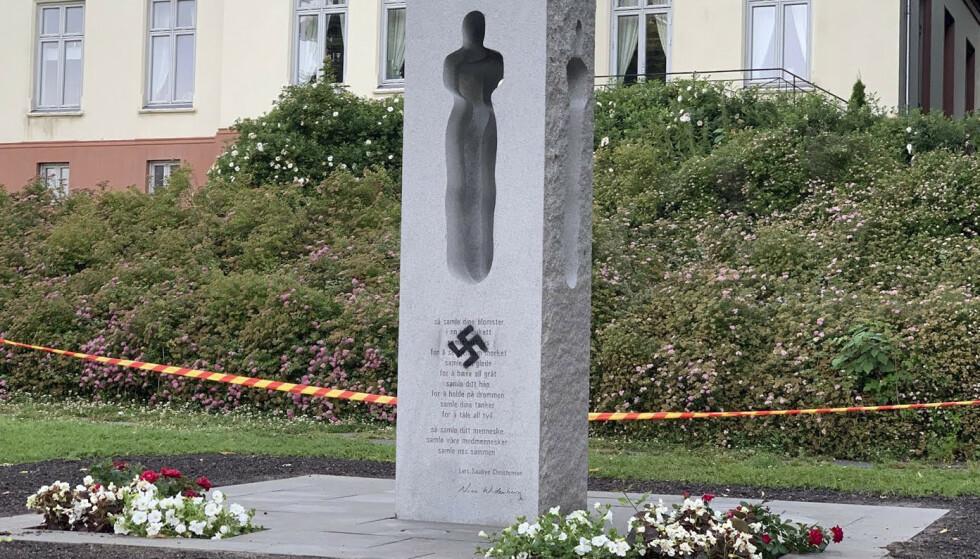 Minnesmerket ble rengjort i tide slik at det ikke var synlig under markeringene. Foto: Terje Bendiksby / NTB scanpix