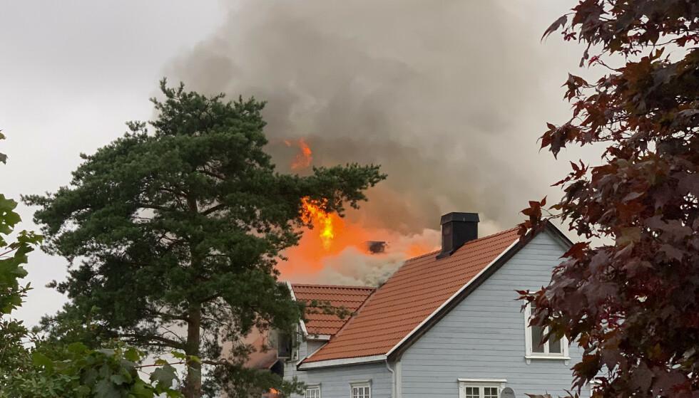 En kraftig brann har brutt ut i et leilighetsbygg på Framnes i Sandefjord kommune mandag kveld. Det består av åtte leiligheter fordelt over tre plan, men det er uvisst hvor mange av leilighetene som er berørt. Foto: Lars Eide / NTB scanpix