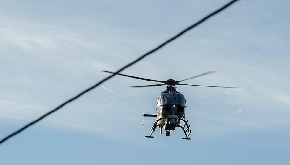 Det var dette politihelikopteret, her over Kanadaskogen i Bergen, som fløy over Sverige. Arkivfoto: Marit Hommedal / NTB scanpix